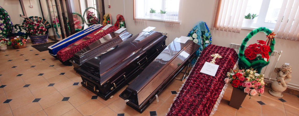 Перед погребением усопшего важно правильно рассчитать размеры гроба. В противном случае может возникнуть неприятная ситуация, когда тело умершего не поместится в саркофаг. В результате возможна непредвиденная задержка церемонии погребения. В данной статье мы расскажем о том, каковы стандартные габариты погребального ящика и как правильно выбрать размер гроба. Виды гробов Стандартный. Такой гроб предназначен для усопших , имеющих размер одежды до 50. Длина изделий этого типа составляет в среднем 2 метра. Стандартный гроб имеет традиционное достаточно простое убранство. Внутри присутствует тканевая обивка из шелка, атласа или хлопка. Колода. Изделие предназначено для усопших, имеющих размер одежды 52-56. Гроб имеет вытянутую четырехугольную форму со скошенными углами. Спецколода. Гроб такого типа выбирают для умерших с размером одежды 58-62. Изделие имеет классическую прямоугольную форму. Ширина гроба составляет 70 см, длина - 160-210 см. Погребальный ящик выполнен из деревянных брусьев, как правило, сосновых, и имеет съемную крышку. В конструкции гроба предусмотрены 4 поручня. Внутренняя обивка, как правило, выполнена из шелка. Домовина. Гроб такого типа имеет нетипичные габариты и изготавливается на заказ с учетом индивидуальных параметров умершего. Изделие выбирается в том случае, если требуется большой погребальный ящик для умерших с размером одежды более 64. Детский. Гроб такого типа изготавливается с учетом параметров умершего ребенка. Как правило, изнутри присутствует обивка из атласа. Как правило выбрать размер гроба? Для расчета габаритов погребального ящика потребуются следующие данные: Размер одежды умершего (в соответствии с данным параметром определяется ширина гроба). Рост человека при жизни. Рост умершего после смерти (этот параметр необходимо учитывать в связи с тем, что мышцы покойного удлиняются, а тело вытягивается до 5 см). Выбранная обувь для покойного (данная информация позволит определиться с высотой погребального ящика). Длина гроба рассчитывае